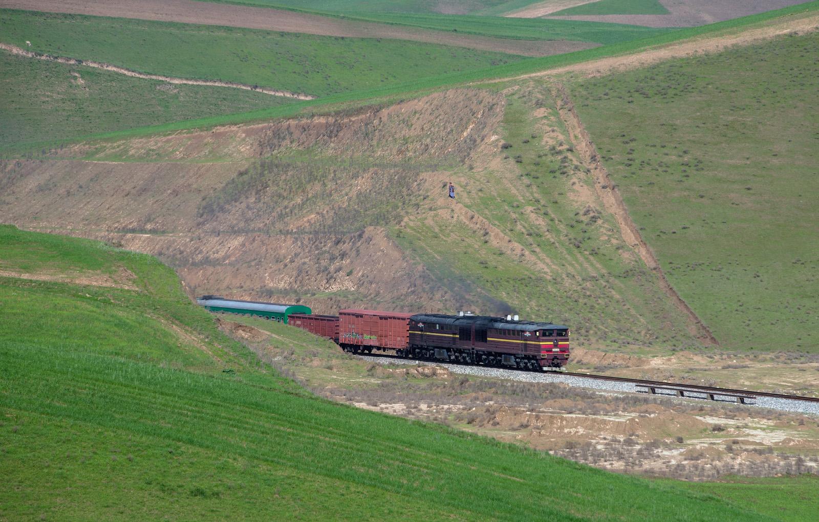 Тепловоз 2ТЭ10У-0545 з вантажнопасажирським потягом на перегоні Бахор - Яван. Таджикістан