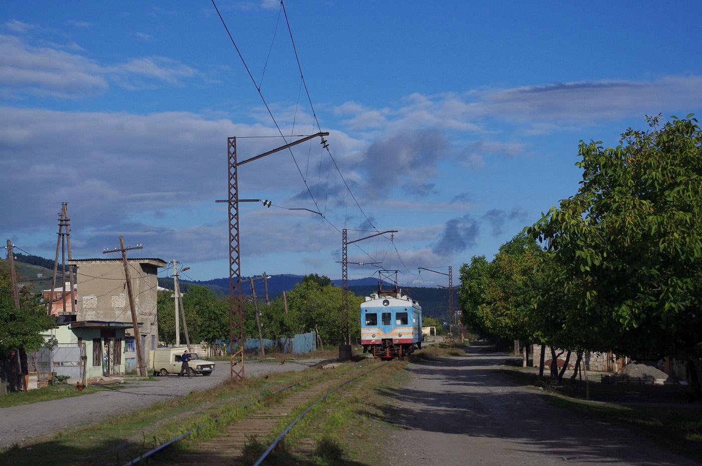 Електросекція Ср3-1510 на вулицях Хашурі. Грузія, Шида-Картлі, Хашурі-Сурамі
