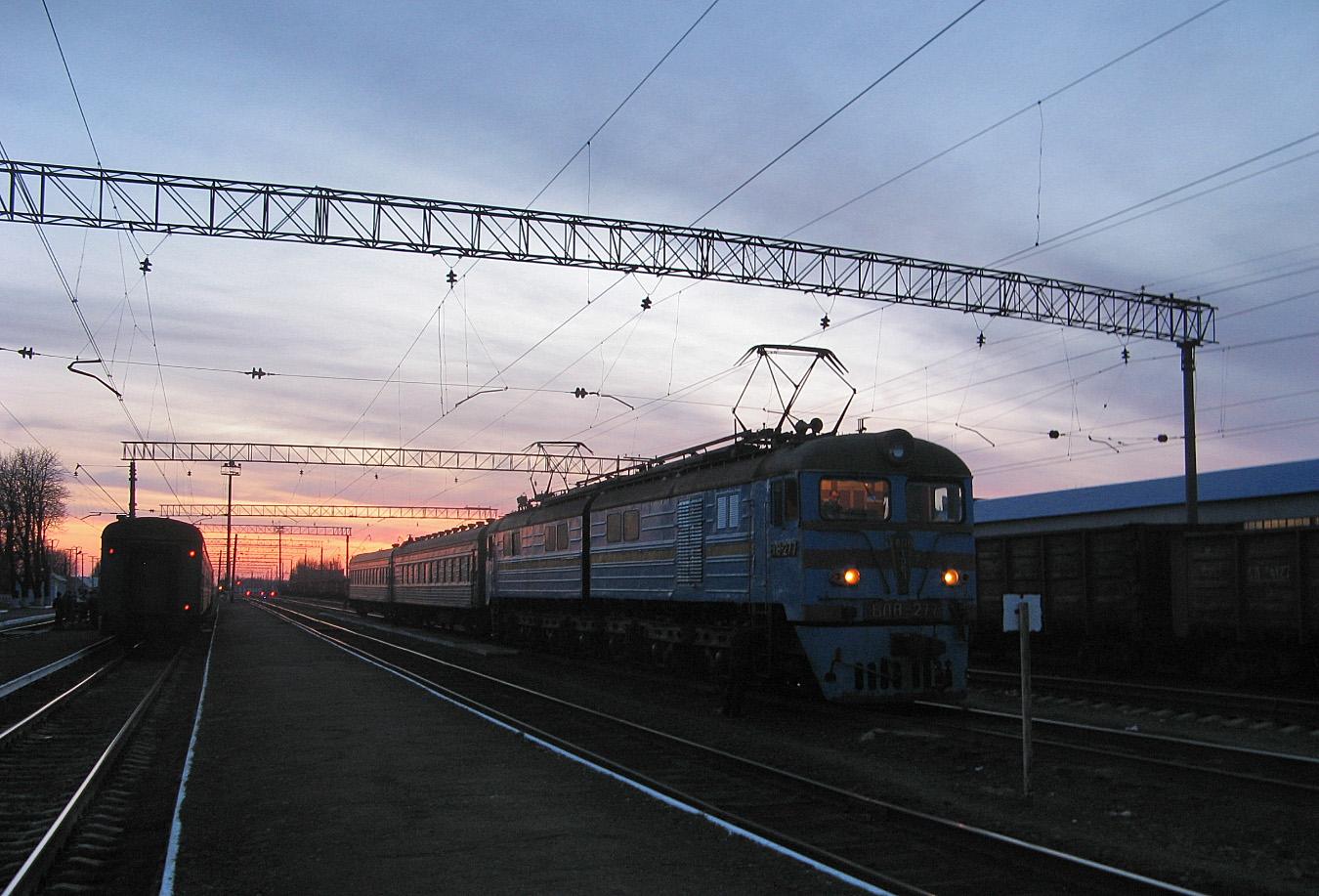 Електровоз ВЛ8-277 з приміським потягом Дебальцеве - Довжанська на станції Штерівка. Луганська область, Антрацитівський район