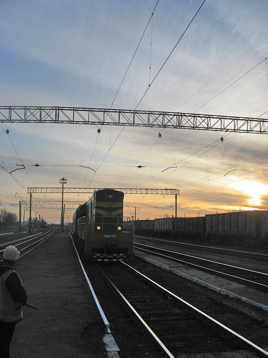 ЧМЭ3-1751 з приміським потягом Штерівка - Яновський подається на посадку на станцію Штерівка. Луганська область, Антрацитівський район