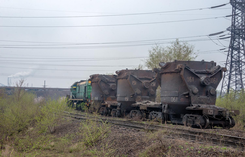Тепловоз ТЭМ2УМ-479 з вагонами для перевезення рідкого чавуна. Дніпропетровська область, Кривий Ріг