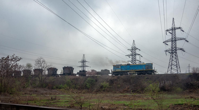 Тепловоз ТЭМ2У-8812 з вагонами для перевезення рідкого чавуна. Дніпропетровська область, Кривий Ріг